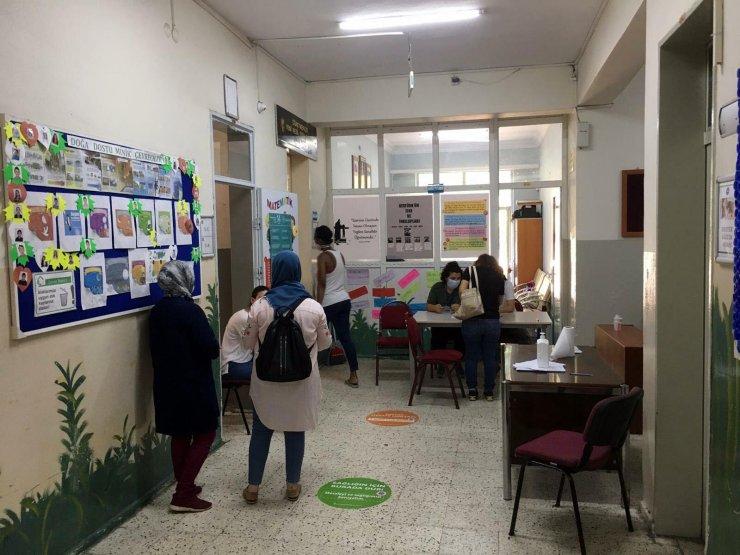 Öğretmen seçiminde sosyal mesafeye uyulmayan okulun müdürü açığa alındı