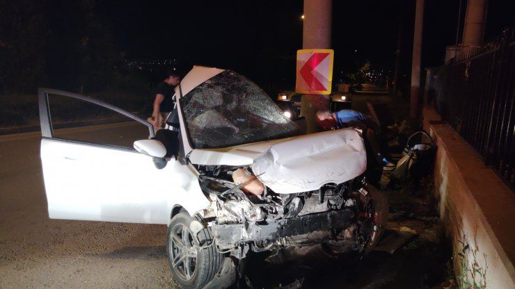 Otomobil beton direğe çarptı; 3 ölü, 1 ağır yaralı