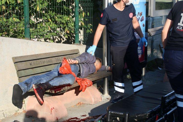 Yaralı halde 1 kilometre yürüdü, otobüs durağında yığıldı