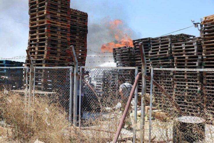 Anız ateşi marketler zincirine ait depoyu yaktı