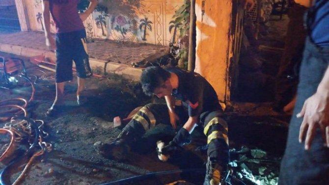 Hatay'da boru içinde mahsur kalan yavru köpek kurtarıldı