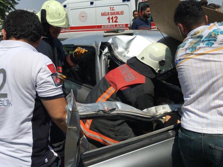 Otomobil park halinde kamyonete çarptı: 2 yaralı