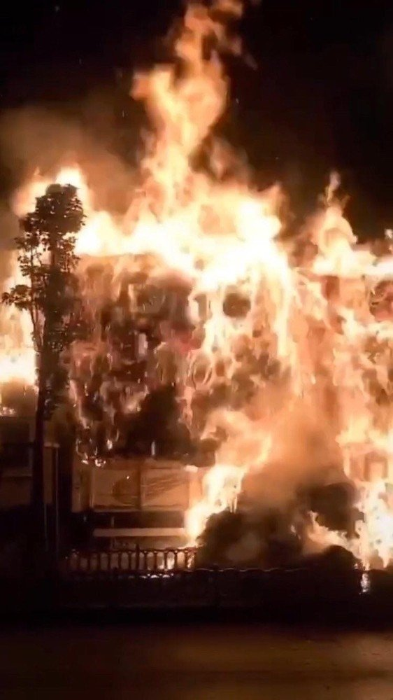 Park halindeki saman yüklü kamyon alev alev yandı