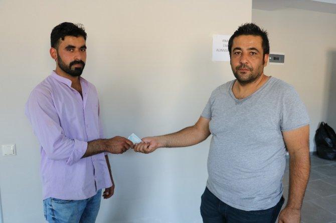 Suriyeli genç bulduğu 60 bin lirayı sahibine teslim etti
