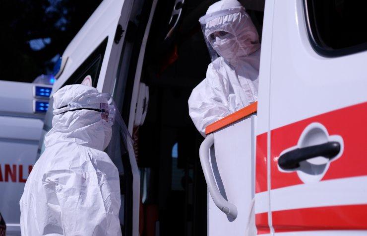 112 acil servis ambulansında çalışan çift: Vakalara gittiğimizde evin içerisinde 10 kişiyle karşılaşıyoruz