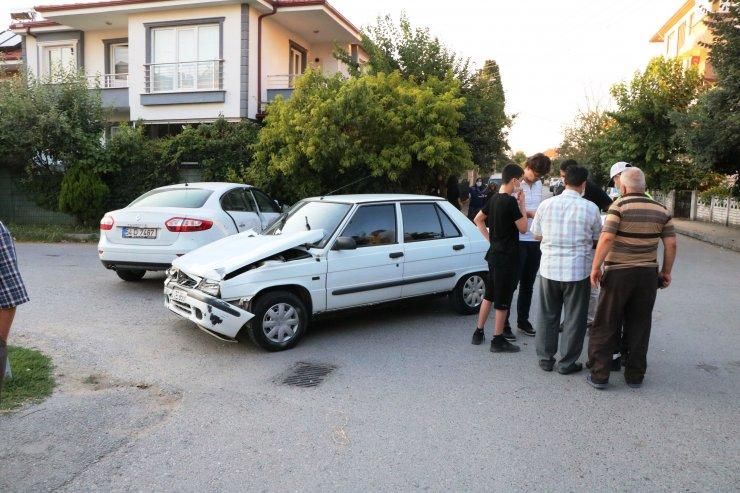 Adapazarı'nda 2 otomobil çarpıştı: 5 yaralı
