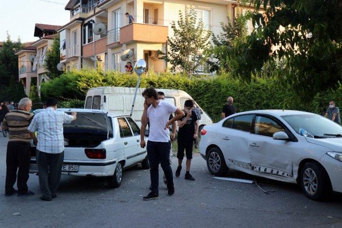 İki otomobil sokak arasında çarpıştı: 2'si çocuk 5 hafif yaralı