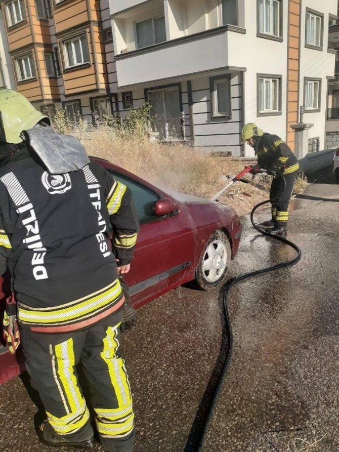 Park halindeki otomobilde yangın çıktı