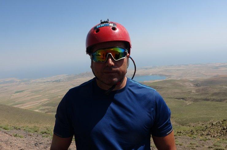 Süphan Dağı eteklerinde Van gölü manzaralı yamaç paraşütü