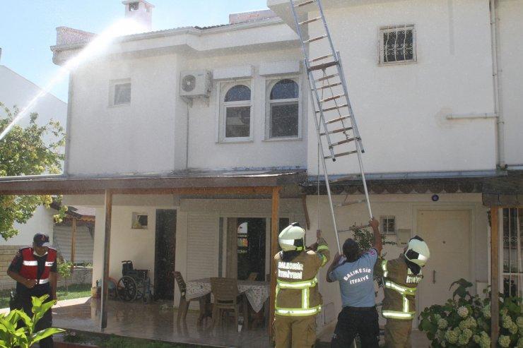 TIR'ın alev alan lastik parçası, yazlık evin çatısını yaktı
