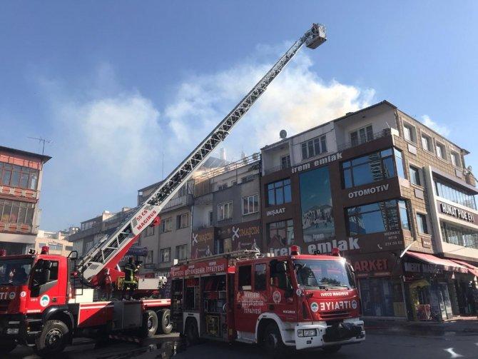 Altında fırın bulunan apartmanın çatısında çıkan yangın itfaiye ekiplerini harekete geçirdi