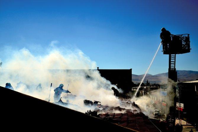 Konya'da tekstil dükkanlarının bulunduğu iş hanında çıkan çatı yangını söndürüldü