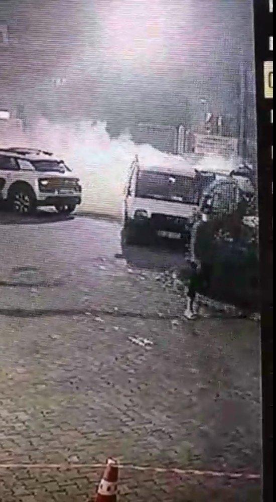 Hastane önünde yanan araç paniğe neden oldu
