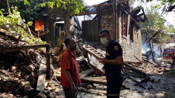 Karabük'te iki ev alevlere teslim oldu