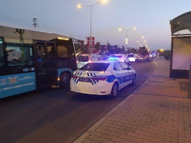 Otomobil yayaya çarptı, yaralı yakınları sürücüye saldırdı