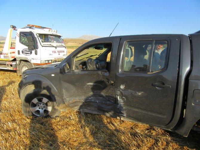 Araç içerisindeki yaralıyı tarım işçileri çıkardı