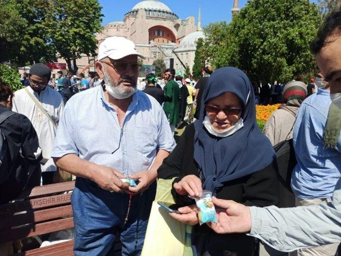Ayasofya Cami önünde kayısı ikramı
