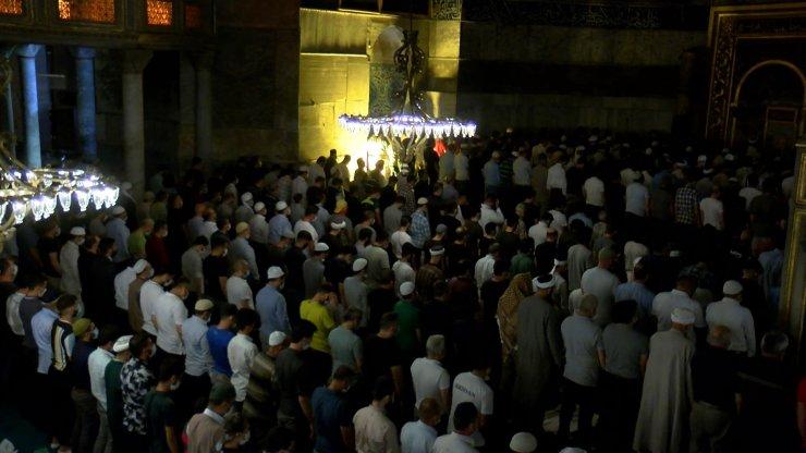 Ayasofya Camii'ne ziyaretçi akını gece de sürdü