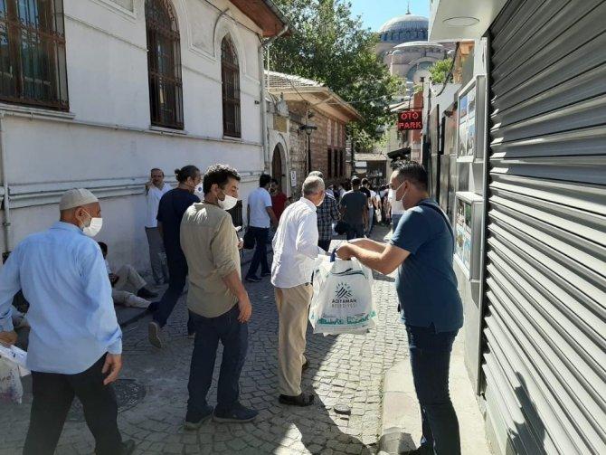 Ayasofya'da seccade dağıttı