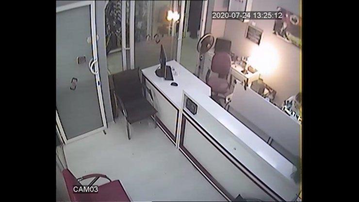 Cep telefonunun patlayıp alev aldığı anlar kamerada