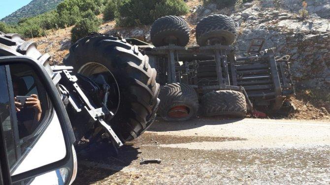 Devrilen traktör ortadan ikiye bölündü