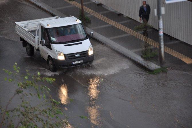 Kars'ta caddeler göle döndü