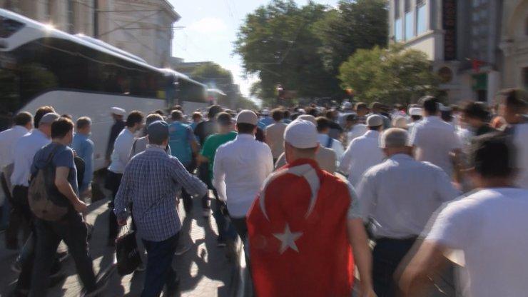 Polis bariyerini aşan kalabalık Ayasofya Camii'ne doğru koştu