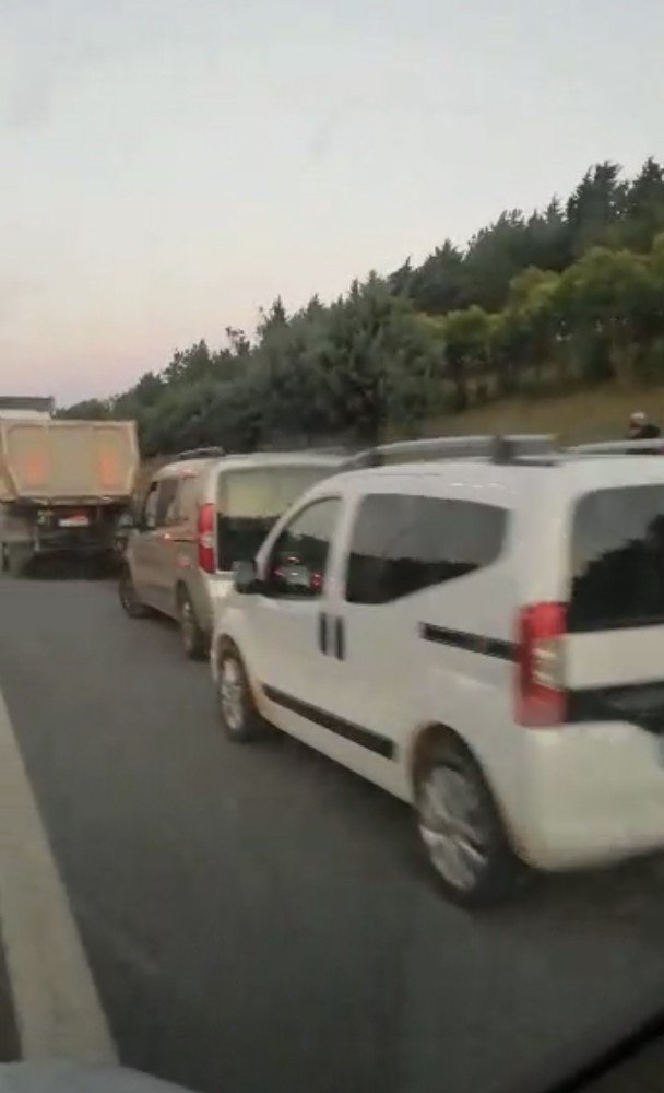 Ambulansın emniyet şeridini işgal eden sürücülerle imtihanı