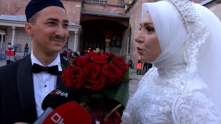 Ayasofya Camii'ni gelinlik ve damatlıkla ziyaret ettiler