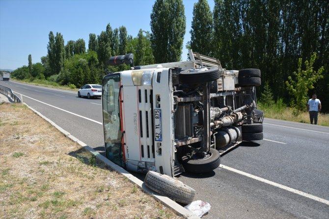 Uşak'ta traktör, otomobil ve tankerin karıştığı kazada 4 kişi yaralandı