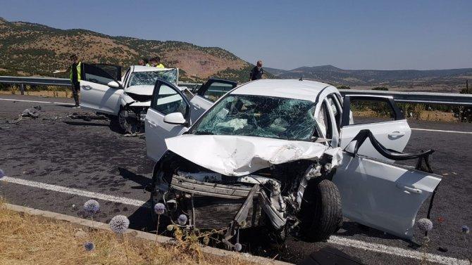 Bingöl-Elazığ karayolunda 2 araç kafa kafaya çarpıştı: 7 yaralı