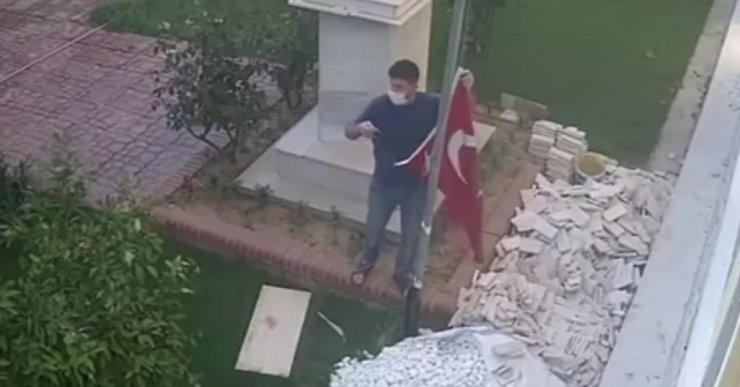 İpi kopunca düşen Türk bayrağı duyarlı vatandaş tarafından kaldırıldı