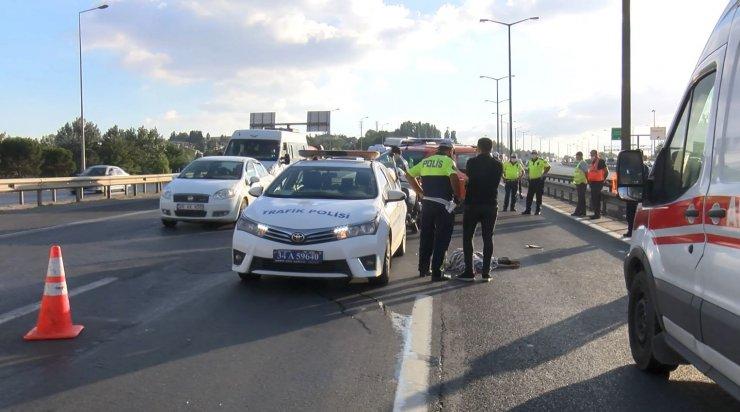 İstanbul TEM'de otomobilin çarptığı genç öldü