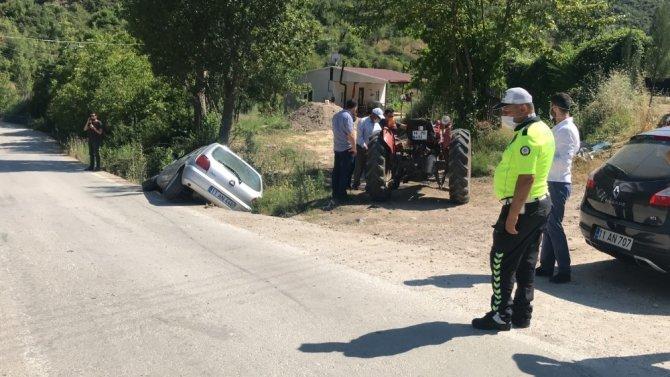 Otomobil ile traktörün çarpıştı, 2 kişi yaralandı