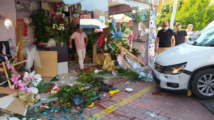 Otomobilin çiçekçi dükkanına girdiği kaza güvenlik kamerasında