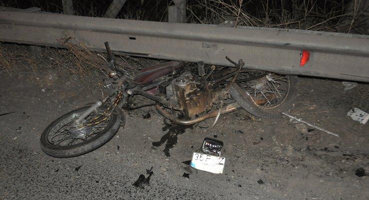 Otomobille çarpışan motosiklet sürücüsünün bacağı koptu