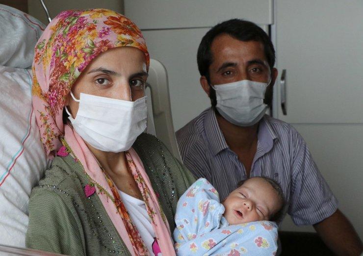 Sezaryenle doğumda anne ve bebeğinin duran kalpleri yeniden çalıştırıldı