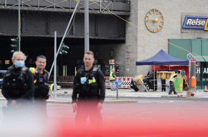Berlin'de araç yayaların arasına daldı: 7 yaralı