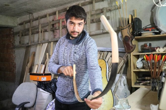 Evinin odunluğunda başladığı kemangerliği yaşatmaya çalışıyor