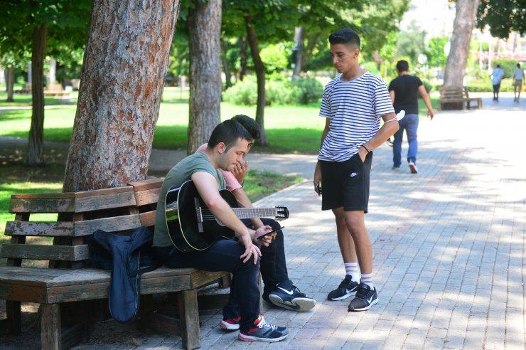 Adanalı gençler: Bu sıcağa virüs bile dayanmaz