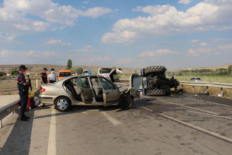Çankırı'da otomobil traktöre çarptı: 3'ü ağır 8 yaralı