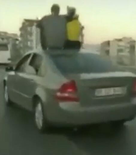Otomobilin üzerine oturup, direksiyonu ayakla kontrol ettiler