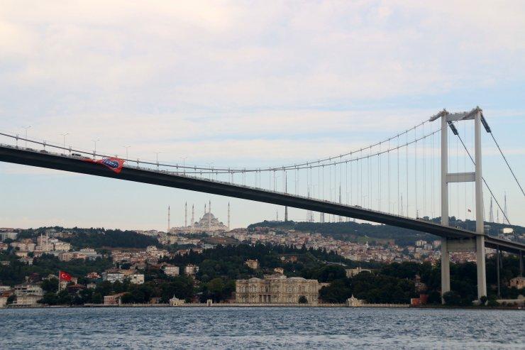 Şampiyonun bayrağı köprülere asıldı