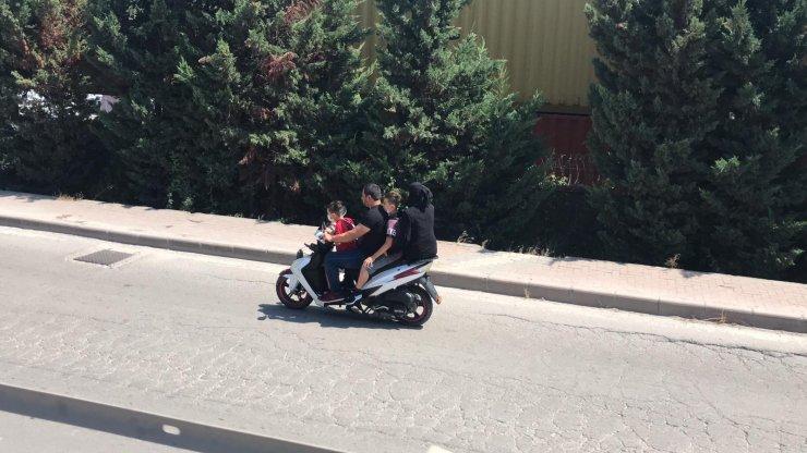 4 kişilik ailenin motosiklette tehlikeli yolculuğu