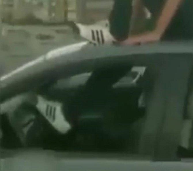 Ayağıyla araba kullanan magandanın ehliyetine el konuldu