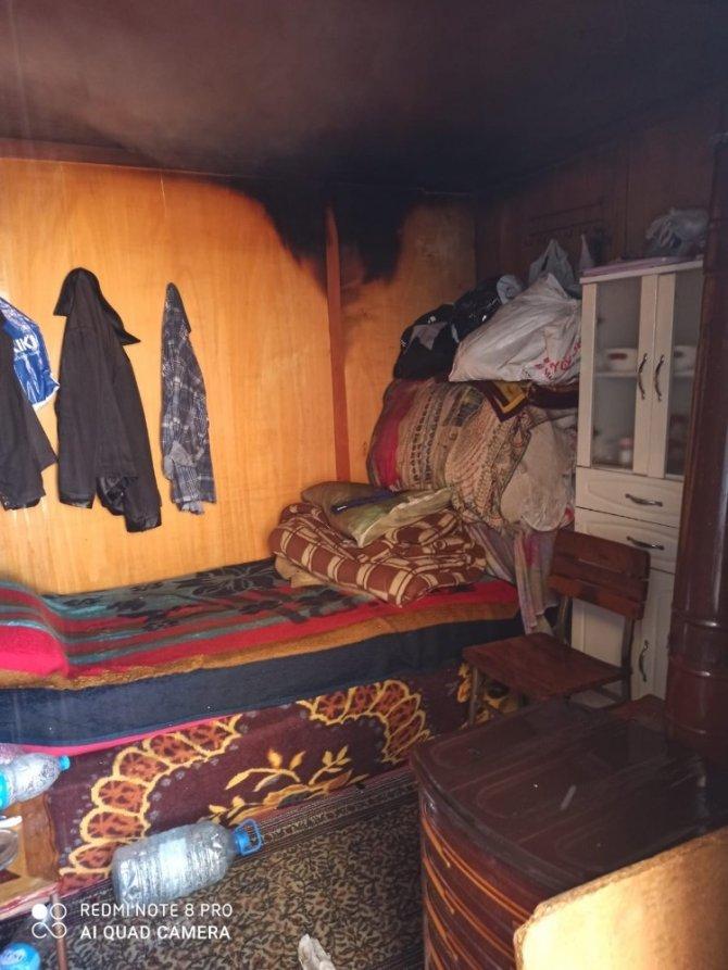 Çöp evde çıkan ve iş yerine sıçrayan yangın büyümeden söndürüldü