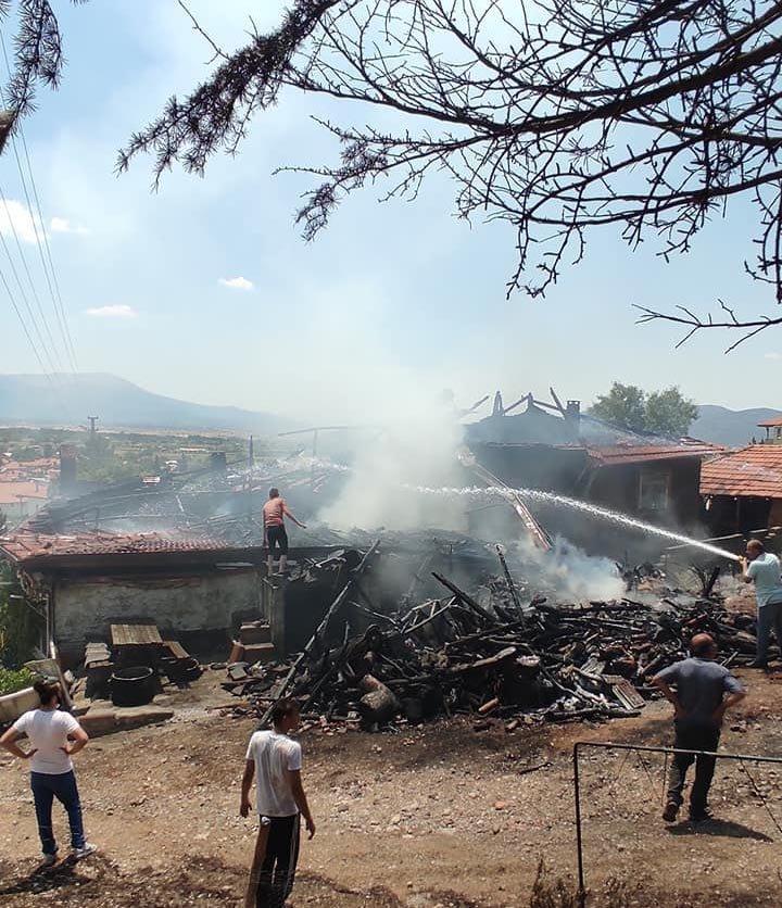 Denizli'de ahşap ev ve depo yandı