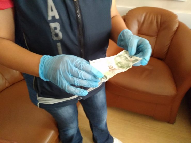 Dilenci, topladığı paraları torununun üzerinde saklamış
