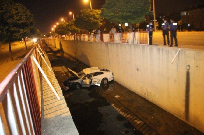 Direksiyon hakimiyeti kaybolan otomobil kanala düştü: 2 yaralı