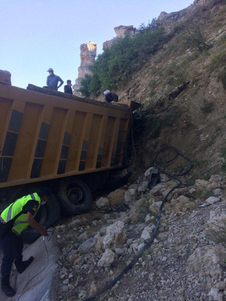 Freni boşalan kamyon dağın yamacına çarptı, sürücü öldü